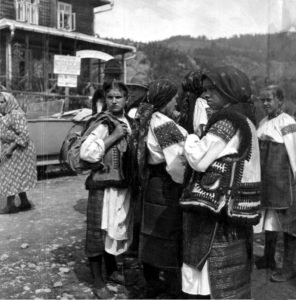 Hutsuls_in_Verkhovyna_city_(Ukraine),_1934